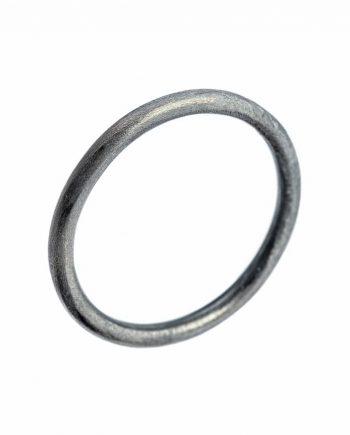 A ring i oxyderet sølv